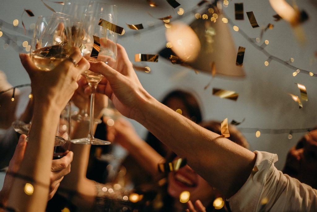 Mensen op een feest toosten met wijn